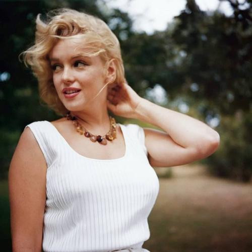 Pemotretan rok terbang Marilyn Monroe itu berujung pada perceraiannya dengan DiMaggio. (Foto: Instagram/@marilynmonroe/@SamShawPhoto)