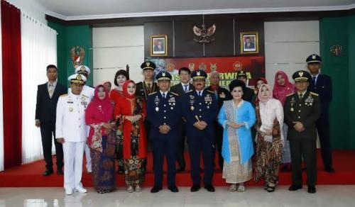 Panglima TNI Marsekal Hadi Tjahjanto melantik perwira karier khusus. (Foto: Puspen TNI)