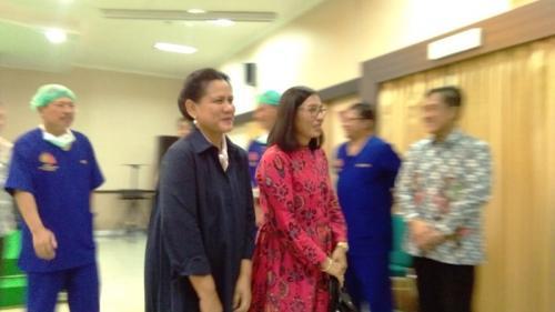 Iriana Jokowi bersama besan saat menunggu Selvi melahirkan (foto: Okezone/Bramantyo)
