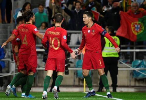 Selebrasi Ronaldo dan penggawa Portugal di laga kontra Lithuania