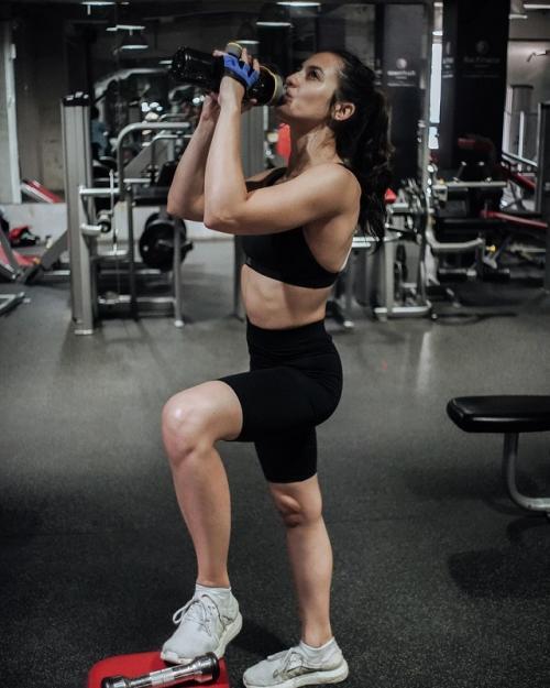 Pevita Pearce memamerkan perut berototnya saat olahraga. (Foto: Instagram/@pevpearce)