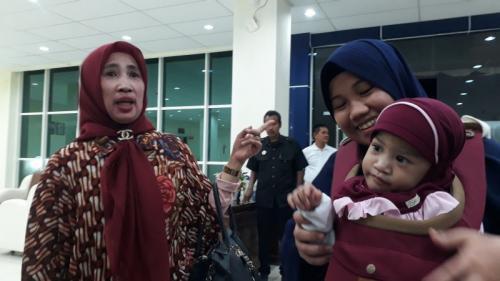 Azila dan Aqila Tiba di Kendari, Sultra, Usai Jalani Operasi Pemisahan Tubuh dan Perawatan di Surabaya (foto: Okezone/Asdar Zuula)