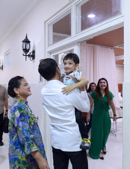 Jokowi Jenguk Cucu Ketiga