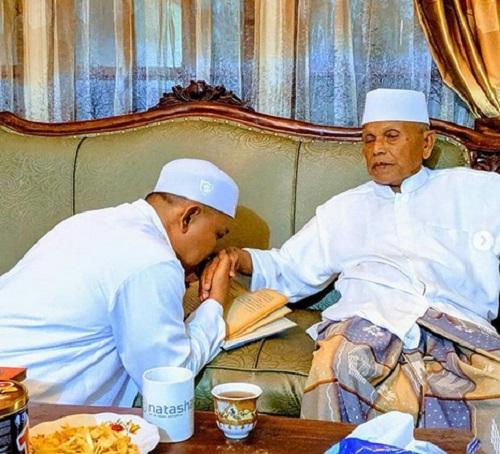Kiai Abdurrahman Nawi dan santrinya