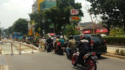 Macet di Cikini Raya hingga Tugu Tani akibat pengecoran jalan. (Foto: Fadel Prayoga/Okezone)