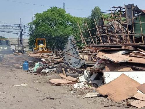 Pemprov DKI Jakarta menertibkan lapak pengepul barang bekas di Sunter Jaya, Jakarta Utara. (Foto : Ist)