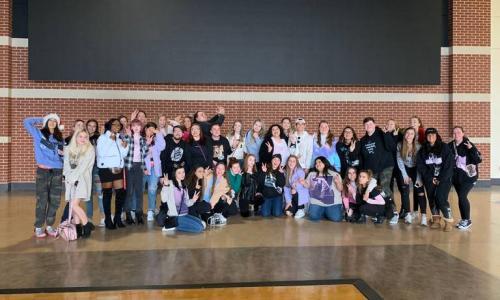 Ariana Grande menjamu 40 penggemar setianya yang berkumpul di Rupp Arena. (Foto: Twitter/@grandetournews)