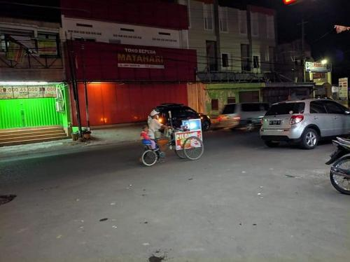 Pedagang cilok jadi viral lantaran membonceng anaknya saat berdagang (Foto : Facebook / Yuni Rusmini)