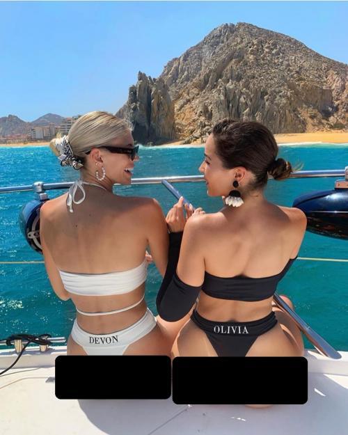 Dua perempuan duduk