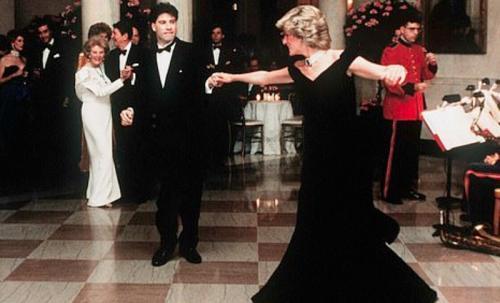 Laki-laki dan perempuan menari