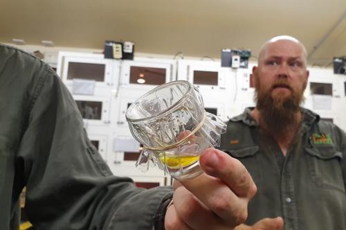Laki-laki memegang gelas