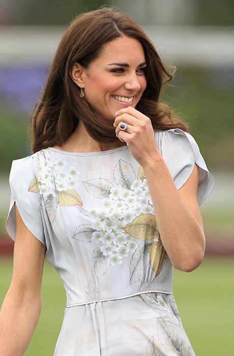 Cincin berhiaskan batu safir warna biru, yang pernah menjadi milik mendiang Putri Diana.