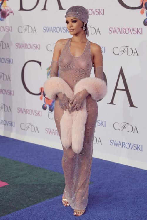 Gaun super seksi ini hanya terbuat dari kristal Swarovski.