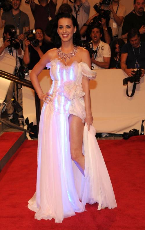 lalu menjadi warna biru. Dress glow in the dark ini merupakan buatan dari CuteCircuit.