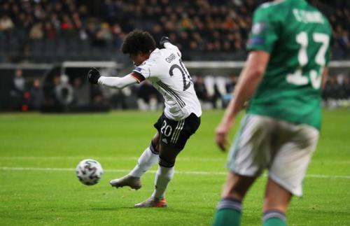 Serge Gnabry menyamakan kedudukan (Foto: UEFA)