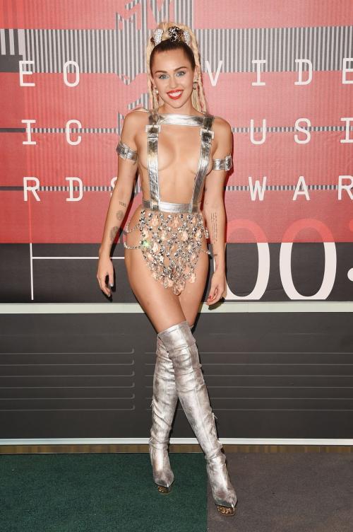 namun kostum spesial buatan dari Atelier Versace satu ini lah yang disebut paling gila.