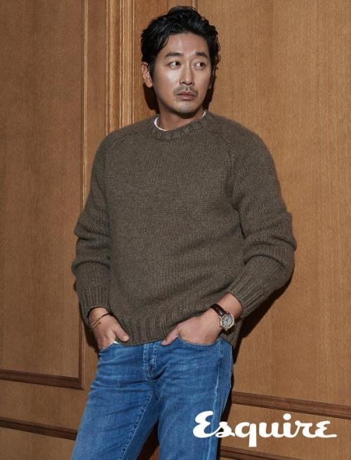 Ha Jung Woo mengaku, awalnya sempat khawatir saat mengetahui akan beradu akting dengan Suzy. (Foto: Esquire)