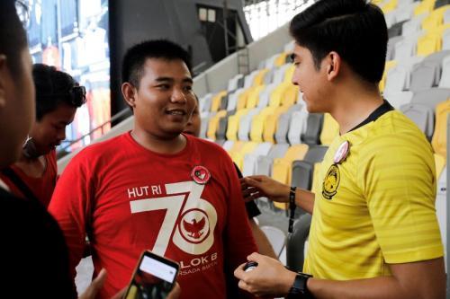 Syed Saddid berbincang dengan salah satu suporter Timnas Indonesia (Foto: Twitter/Syed Saddiq)