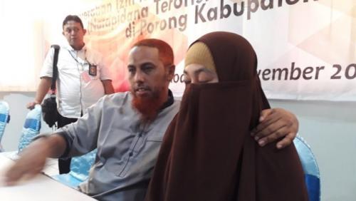 Umar Patek bersama istrinya Gina Gutieres Luceno. (Foto: Ihya' Ulumuddin/iNews.id)
