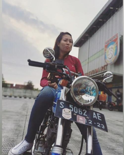 Perempuan naik motor