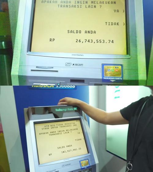Billy Syahputra memperlihatkan saldo ATMnya kepada Uya Kuya. (Foto: YouTube/Uya Kuya TV)