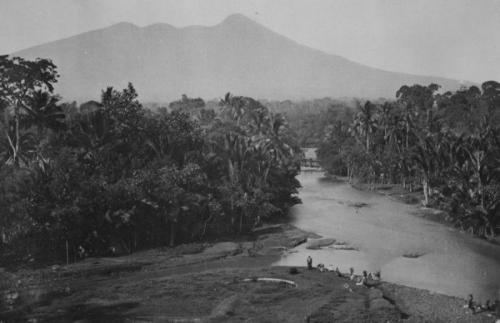 Aliran Ciliwung di Bogor dengan latar belakang Gunung Salak pada akhir abad 19. (Foto: Koleksi Tropenmuseum Amsterdam/Wikipedia.org)