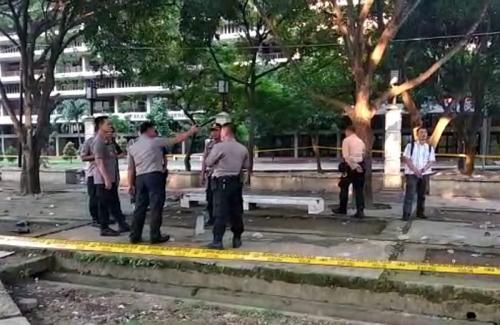 Polisi pasang garis polisi di lokasi tawuran mahasiswa di Medan (Foto : Okezone.com/Wahyudi)