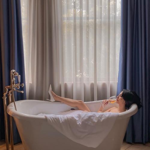 Vanessa Angel mengunggah foto seksi di dalam bathtub. (Foto: Instagram/@vanessaangelofficial)
