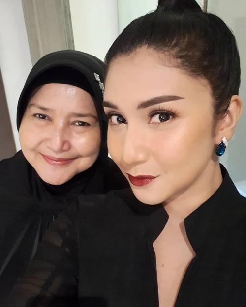 Sang ibu, adalah satu dari dua alasan Bianca Liza masih mempertahankan keperawanannya hingga kini. (Foto: Instagram/@bibiancaliza)