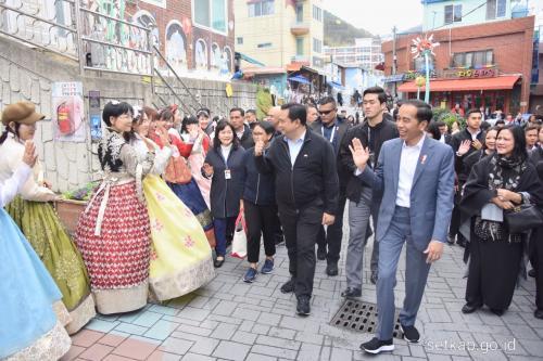 di samping jalanan dan berderar beberapa restoran yang di dalamnya menawarkan makanan khas Korea Selatan.