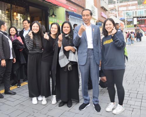 Sekretariat Kabinet, Jokowi memberi pernyataan setelah berjalan-jalan di Gamcheon, Korea Selatan.