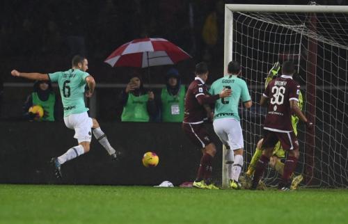 Stefan de Vrij mencetak gol kedua Inter Milan (Foto: Twitter/Inter Milan)