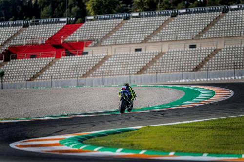 Aksi Valentino Rossi saat kendarai YZR-M1