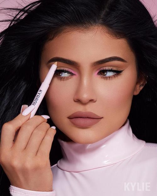 Punya penghasilan USD1 miliar per tahun, Kylie Jenner kerap memamerkan gaya hidup mewah di media sosial. (Foto: Instagram/@kyliejenner)