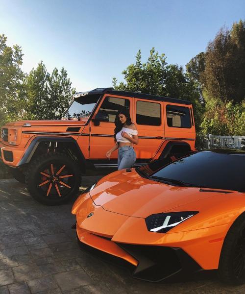Kylie Jenner dan deretan mobil mewahnya. (Foto: Instagram/@kyliejenner)