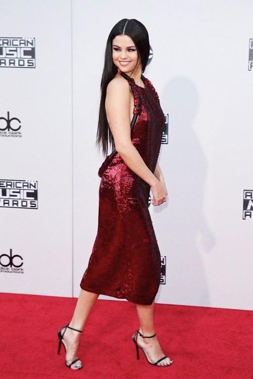 Selena mendapat banyak kritikan di momen ini. Ia datang dengan rambut sangat lurus tanpa ada aksen apa pun.