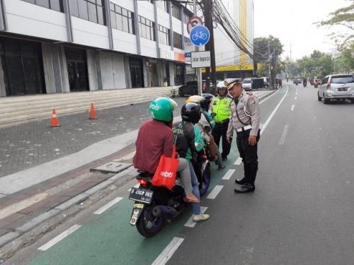 Penindakan pelanggar di jalur sepeda. (Foto: @TMCPoldaMetro)