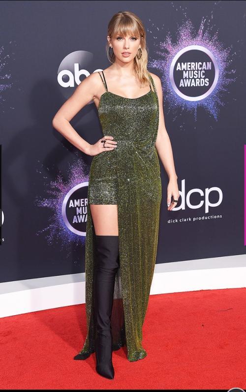 Taylor Swift di red carpet AMA 2019