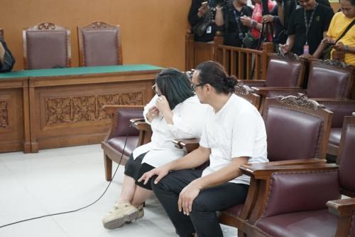 Nunung menangis dalam sidang putusan hari ini (27/11/2019). (Foto: Okezone/Heru Haryono)