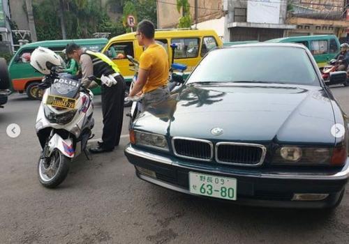 Pengemudi BMW ditilang gunakan plat nomor jepang