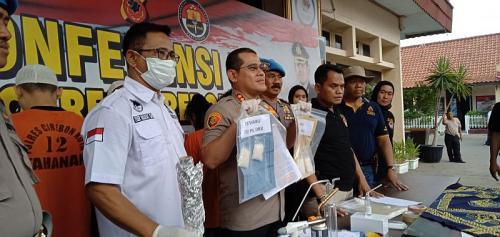 Pasutri ditangkap polisi setelah berupaya selundupkan sabu ke dalam lapas (Foto : Okezone.com/Fathnur)