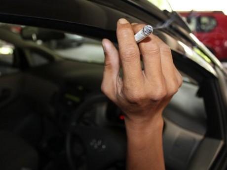 merokok dalam kabin mobil