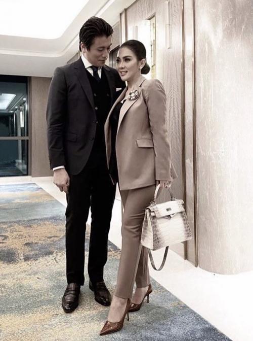 Dalam foto pertama Syahrini dan Reino Barack berfoto berdua cukup romantis.