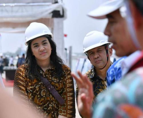 Jokowi ajak staf khusus milenial Putri Tanjung kunjungan ke Subang. (Foto: Laily Rachev/Biro Pers Setpres)