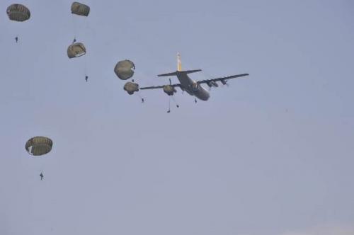 Panglima Saksikan Terjun Payung, Prajurit TNI Bak Sinterklas Bawa Hadiah Natal untuk Masyarakat (ist)