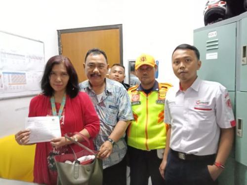 Penyerahan uang temuan petugas ke pemilik. (Foto: Humas PT KCI)