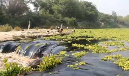 Pencemaran Aliran Sungai Bengawan Solo (foto: DLH Blora)