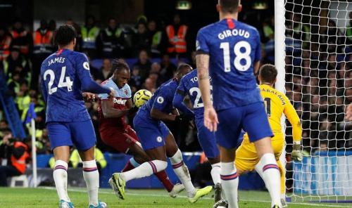 Michail Antonio dinyatakan hand ball sebelum mencetak gol kedua West Ham (Foto: Premier League)