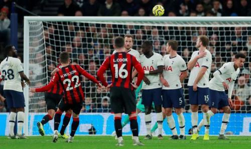 Tendangan bebas indah Harry Wilson memperkecil skor menjadi 3-1 (Foto: Premier League)