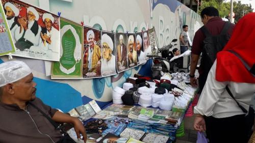 Pedagang menggelar dagangannya di trotoar sekitaran Monas saat reuni 212. (Foto : Okezone.com/Achmad Fardiansyah)